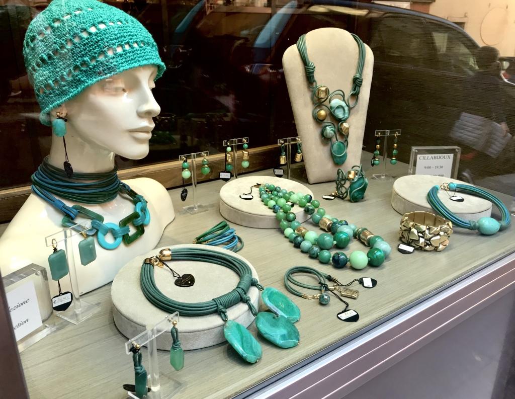 La nostra vetrina principale con splendide creazioni dalle mille sfumature verdi e turchesi... sono i colori tra cielo e mare, un accostamento intenso e vibrante, per i tuoi look estivi. Scopri tutta la collezione in negozio!