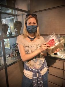 Raffy con un cestino pieno di mascherine, sono tutte per voi, in omaggio da Cillabijoux!