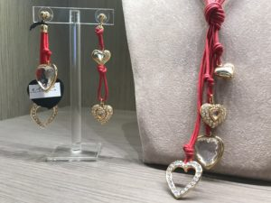 Piccola collana a frustina, in versione rosso lacca, realizzata artigianalmente con filato in cotone cerato e piccoli cuori con preziosi cristalli Swarovski, tutti montati a mano uno ad uno. Orecchini in parure.