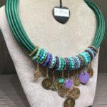 Girocollo tubolare con anelli e ciondoli  22) Verde smeraldo - con viola e turchese