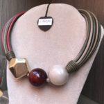 Collier tubolare con sfere ed elemento fantasia metallizzato  104) Beige/Verde militare/Rosso granato
