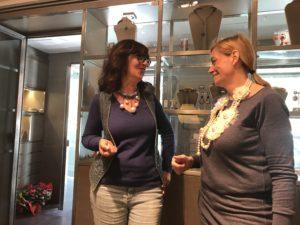 Sandra indossa un collier in denim con pendenti a boulle in perla bianca.