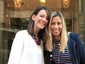 """Raffy con la nostra amica Chiara, che indossa uno dei nostri bijoux """"Navy Chic"""" con elementi geometrici in plexiglas."""