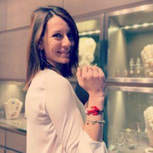 """Chiara con il suo regalo """"Navy Chic""""!  Alle nostre clienti di Venerdì abbiamo regalato un nuovissimo braccialetto con ancora in plexiglas e filato in cotone cerato."""