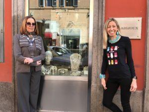 Cilla e Raffy presentano la nuova collezione della vetrina principale, nelle raffinatissime nuance del tortora e bianco con luminosissimi dettagli silver. Vi aspettiamo in negozio con tante sorprese di Pasqua!