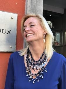 Sabrina indossa una magnifica collana in Cristallo nelle nuance del blu notte e trasparente iridato.  Un gioiello preziosissimo dalla luminosità straordinaria, per le occasioni più importanti. Orecchini in Cristallo luminosissimi. Sono pezzi unici di Cillabijoux