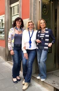Sandra, Sabrina e Cilla indossano tre differenti creazioni a tema jeans: Sandra molto rock con la collana con il mascherone, Sabrina spiritosa con la sciarpina con maxi boulle in plexiglas, sofisticata Cilla con il collier nodo. Tre stili diversi, tre interpretazioni diverse di indossare il jeans