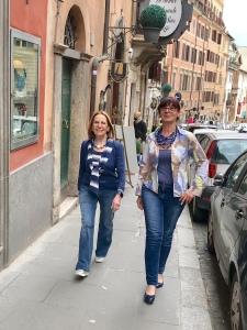 Cilla e Sandra passeggiano per Via Crispi con un look casual ma molto glamour... grazie alle nuove creazioni jeans di Cillabijoux