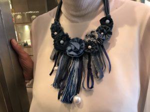 Dettaglio della collana indossata da Sabrina, un piccolo capolavoro cucito interamente a mano con fiori e frange, tutto in vero tessuto jeans. E' un pezzo unico di Cillabijoux