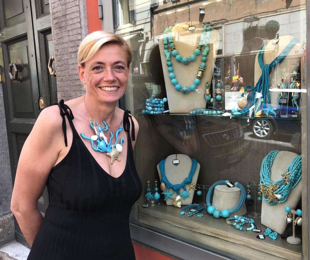 """Sabrina vi presenta una delle nostre vetrine con la nuova collezione """"Special Shells"""" nei meravigliosi toni turchesi, venite a provarla in negozio!"""