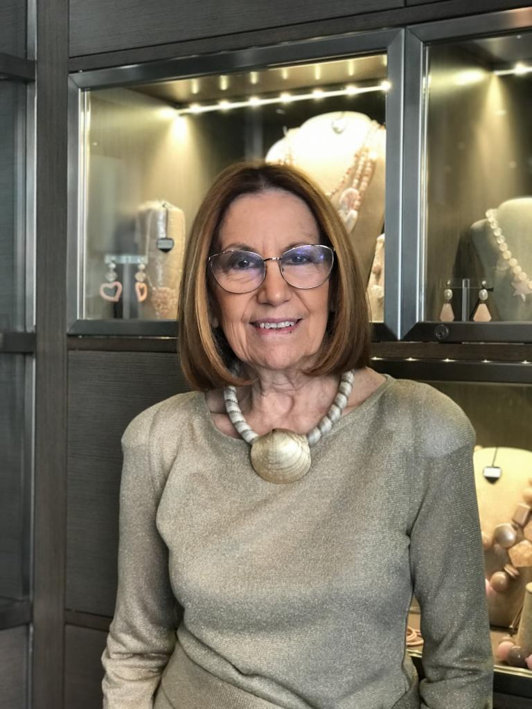 """Cilla interpreta la nuova collezione """"Special Shells"""", indossa un raffinato girocollo interamente ricoperto a mano con passamanerie e grande conchiglia in plexiglas metallizzato dorato."""