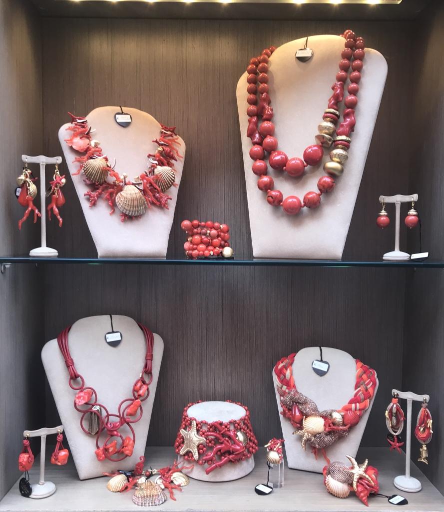 Una delle nostre vetrine rosso corallo con splendide creazioni per arricchire i tuoi look estivi. Ti aspettiamo in negozio con tutta la collezione!!!