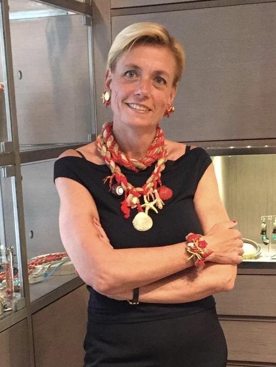 Bellissima la nostra Sabri con questa scenografica collana realizzata interamente a mano con filati in passamaneria corallo e naturale; bellissimi i tanti elementi a tema marino cuciti a mano. Questa collana è un pezzo unico di Cillabijoux Haute Couture.