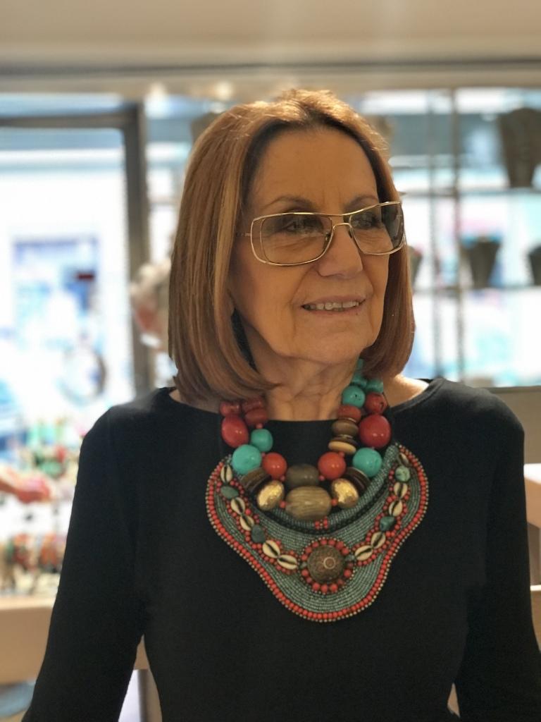 Cilla indossa delle meravigliose collane in stile etnico nei toni del corallo, turchese e legno. sono pezzi unici di Cillabijoux