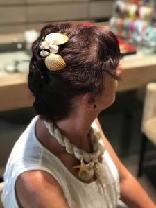 Delizioso fermacapelli interamente realizzato a mano con conchiglie naturali. Da indossare con i tuoi outfit estivi e sentirti come una sirena!