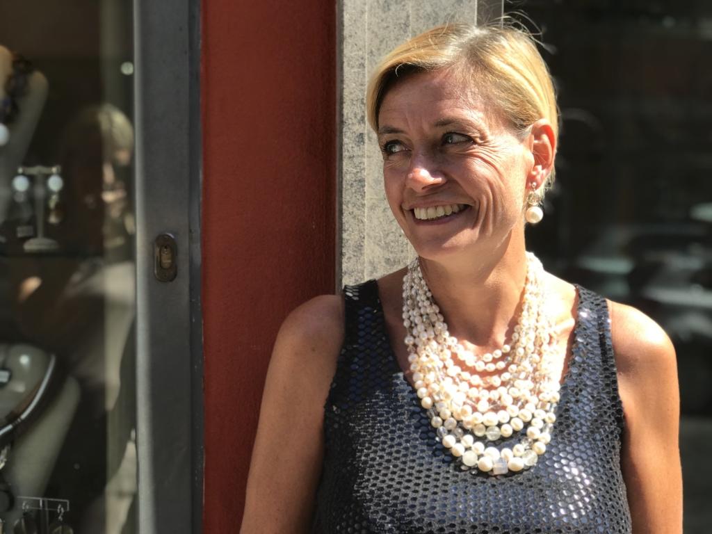 Bellissima la nostra Sabri con questa meravigliosa collana in pietra dura, cristalli e perle. Un gioiello di luce di straordinaria eleganza e pregio. E' un pezzo unico Haute Couture di Cillabijoux