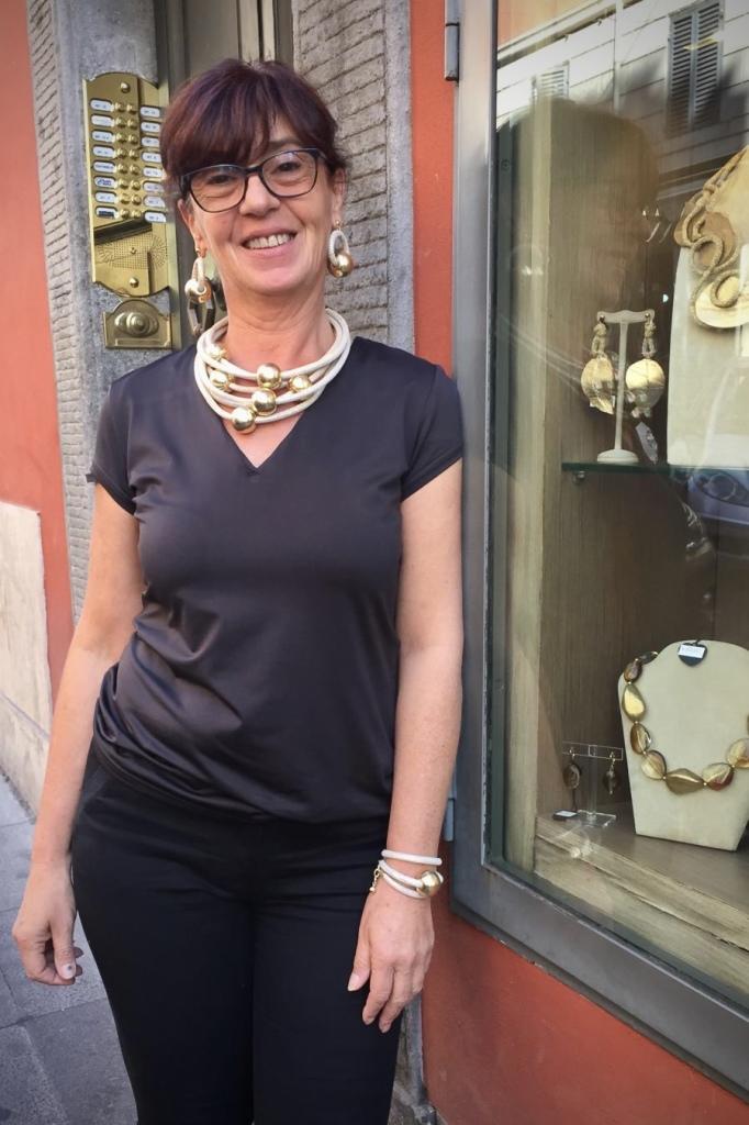 """Sandra ci mostra una delle nostre vetrine """"Elegance Eternelle"""""""