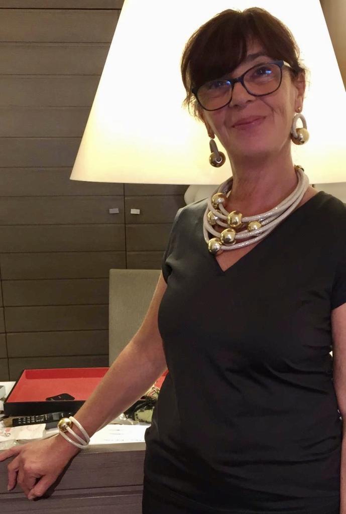 """Sandra indossa una parure spiritosa e molto glamour della nuova collezione """"Elegance Eternelle"""" Collier, orecchini e bracciale, realizzati a mano con filato in passamaneria beige chiarissimo e grandi boulle in plexiglas metallizzato dorato, dalla finitura extra lucida, per una luminosità eccezionale ✨✨✨"""