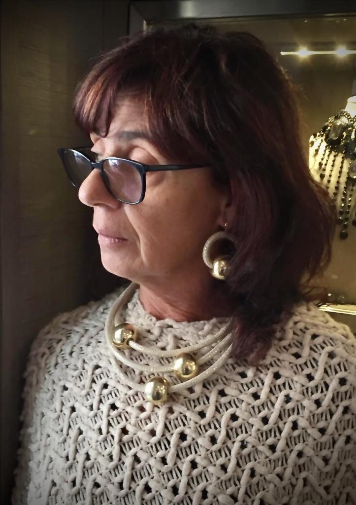 Raffinata con un outfit avorio, la parure indossata da Sandra. Collier, orecchini e bracciale, realizzati a mano con filato in passamaneria beige chiarissimo e grandi boulle in plexiglas metallizzato dorato, dalla finitura extra lucida, per una luminosità eccezionale ✨✨