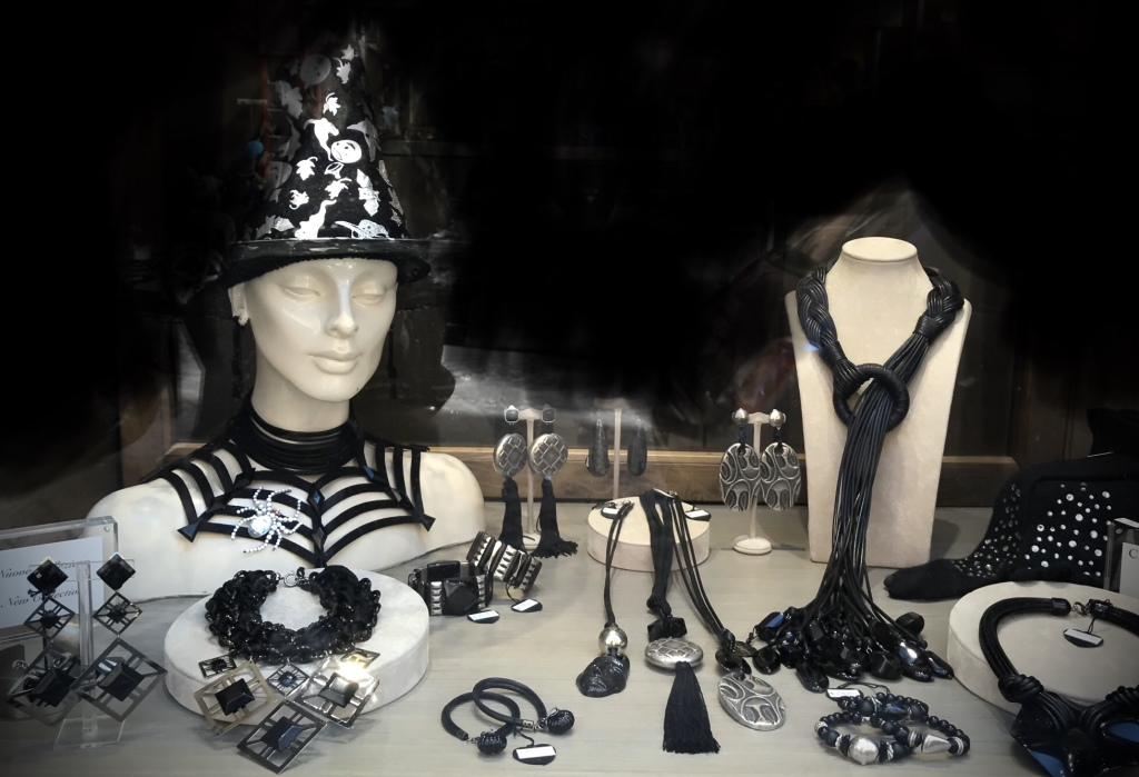 E' total black la nostra vetrina di Halloween... con creazioni grintose e di carattere, dall'anima rock, tutte realizzate interamente a mano.