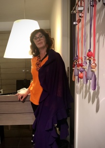 Sandra vi mostra i tanti ciondoli, perfetti per un regalino di Halloween, nei toni del viola, arancione e rosso.