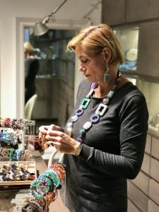 Sabrina indossa la collana elementi fantasia in plexiglas, una delle nostre creazioni più amate, nella inedita versione grigia con viola e verde marino. Orecchini in parure. Bijoux facili, originali e versatili, per i tuoi look da mattina a sera.