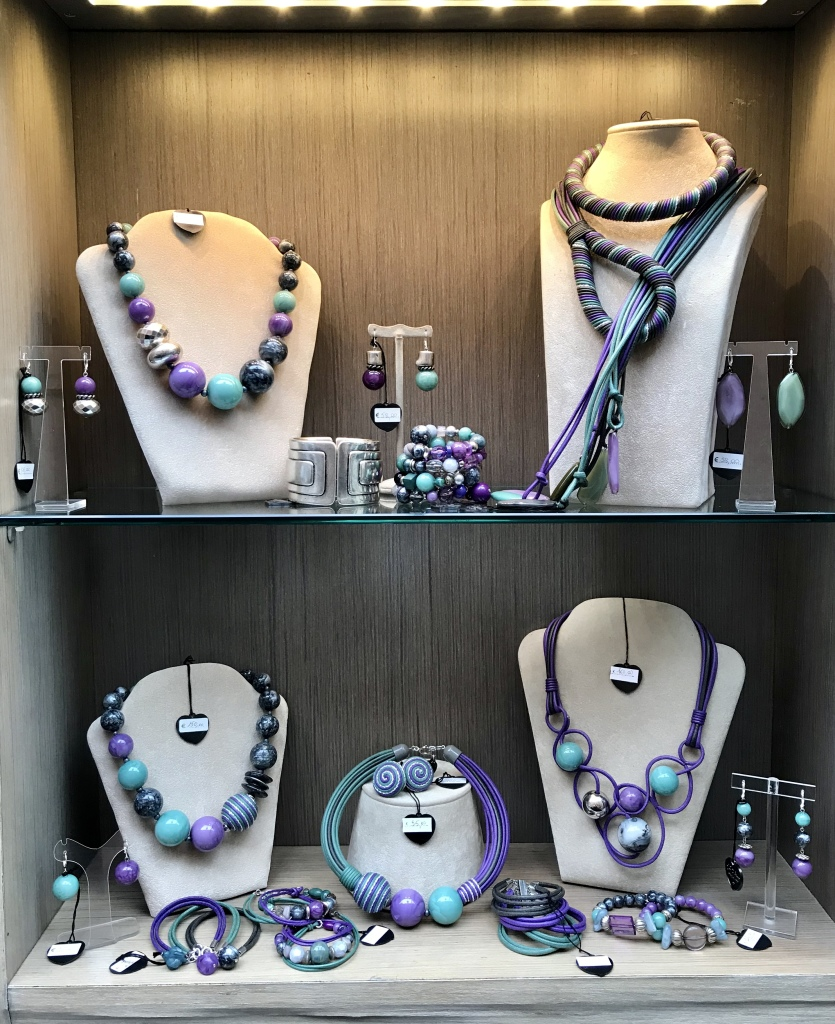 """Una delle nostre vetrine """"Unconventional Grey""""  Base grigio con un tocco di viola e di verde marino, raffinatezza e originalità con un pizzico di mistero. Vieni a scoprire tutti i bijoux della collezione in negozio"""