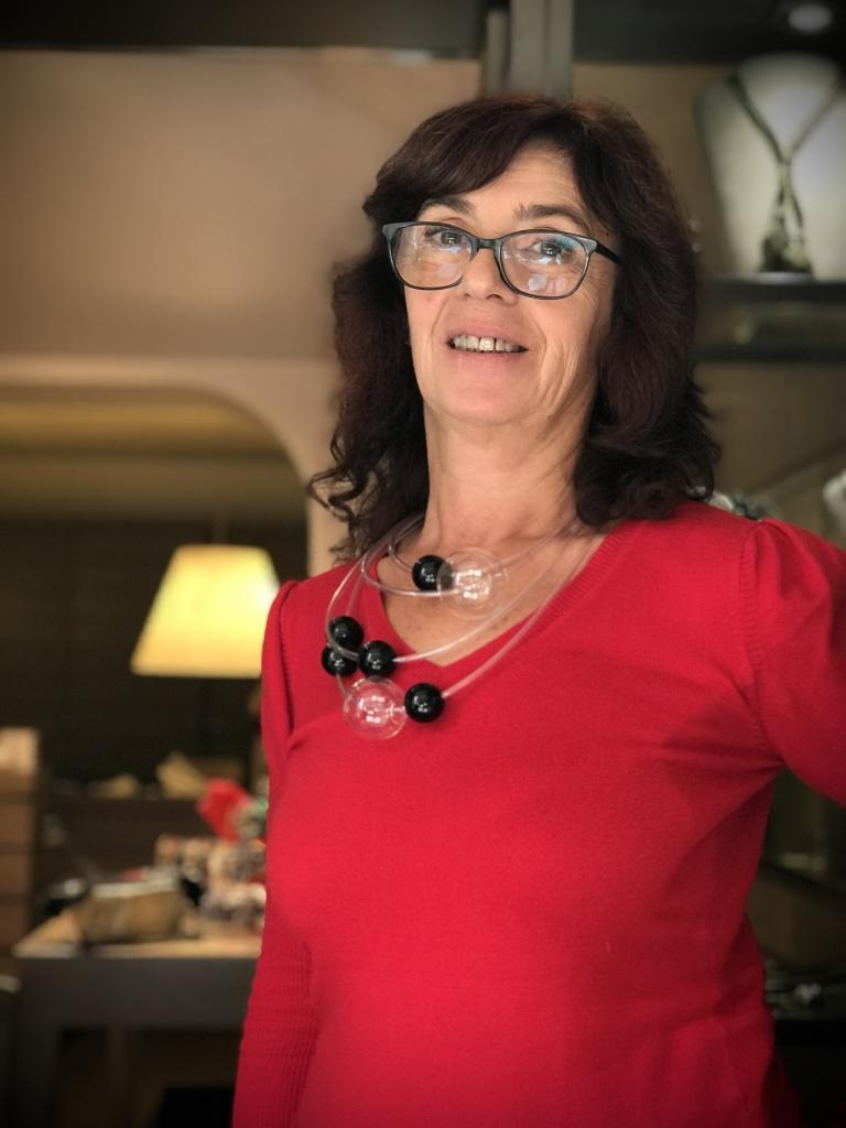 """Sandra indossa una originale collana della collezione """"Bubbles""""; realizzata a mano, con quattro fili di rubber tube trasparente su cui si posano tante boulle in plexiglas nere a contrasto le due splendide maxi boulle in vetro. Questa collana è un pezzo unico di Cillabijoux"""