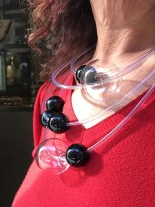Dettaglio della collana indossata da Sandra. Da notare l'effetto splendido che hanno le boulle in vetro alla luce del sole. E' un pezzo unico di Cillabijoux