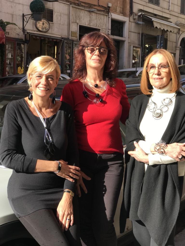 """Sabrina, Sandra e Cilla indossano le nuove creazioni della collezione """"Bubbles"""", originali e scenografiche, sono allo stesso tempo lineari e modernissime. Vieni a provarle in negozio, sono tutti pezzi unici di Cillabijoux"""