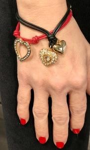 Deliziosi bracciali in filato di cotone cerato e ciondolo gioiello a forma di cuore, con brillanti strass Swarovski montati a mano, uno ad uno.