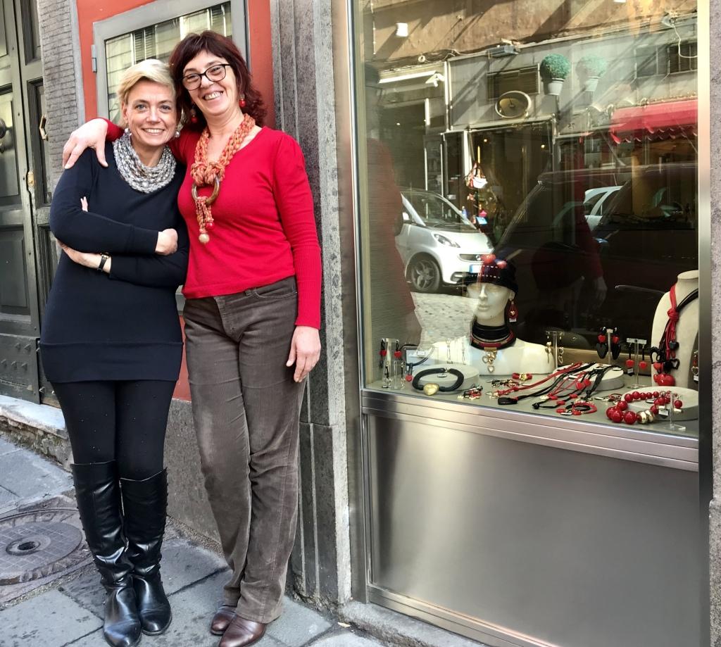 """Sabrina e Sandra con la vetrina """"Valentine's Day 2020"""". Entrambe indossano le nuove creazioni in lana di Cillabijoux."""
