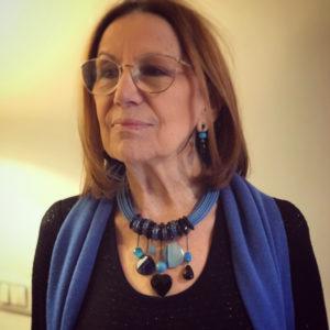 Cilla indossa un prezioso collier interamente realizzato a mano con filato in cotone cerato e pendenti in pietra dura. E' un pezzo unico di Cillabijoux