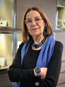 Cilla indossa una magnifica parure realizzata interamente a mano: collier, bracciale ed orecchini in jet nero e cristalli azzurri. ✨