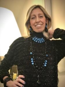 Raffy indossa tre magnifiche collane, da portare insieme o separate, realizzate interamente a mano con elementi in Onice, Cristalli in Jais nero e azzurri. Bracciale in Jais nero; Orecchini in parure. Preziosi ed eleganti questi gioielli regaleranno un'allure sofisticata e glamour al tuo look.