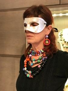 Sandra interpreta il carnevale con tante coloratissime collane: un collier de chain multicolor e collane in base nero con elementi multicolor.  Orecchini coloratissimi in parure.