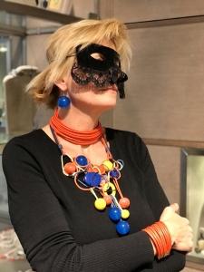 Sabrina interpreta il carnevale con un'originalissima collana multicolore, un pezzo unico interamente modellato a mano, mixata a due dei nostri musthave: il collier de chain ed il bracciale a fascia in filato di cotone cerato. Orecchini con maxi boulle in plexiglas.