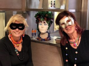 Sabrina e Sandra interpretano il carnevale con originali creazioni multicolor.