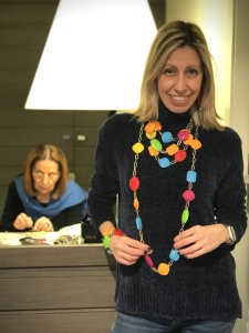 Raffy indossa una coloratissima parure in plexiglas realizzata con elementi in plexiglas e catena metal ultra brillante.