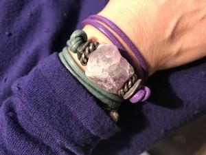 Da girare attorno al polso, il bellissimo bracciale realizzato a mano con filato in cotone cerato e centrale con grande ametista grezza. E' un pezzo unico di Cillabijoux.