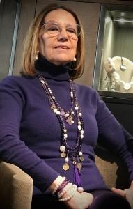 Cilla indossa tre collane, da portare insieme o separate, realizzate a mano con magnifici quarzi ametista e perle naturali, elementi in metallo dorato e nappina in seta per un effetto gipsy chic.
