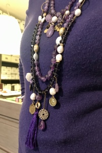 dettaglio delle collane indossate da Cilla.