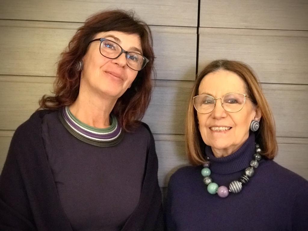 """Cilla e Sandra interpretano la collezione """"Unconventional Grey"""" con originali creazioni in plexiglas e passamaneria. Bijoux originali e versatili, da indossare easy su tanti look, da mattina a sera."""
