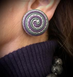 Eleganti orecchini a bottone, realizzati interamente a mano con filati in cotone cerato e lurex con lavorazione a spirale. Linea semplice e raffinata, per degli orecchini originali dalla fine lavorazione artigianale.
