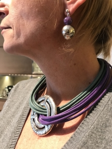 Dettaglio della collana e degli orecchini indossati da Sabrina.