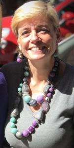 Dettaglio delle collane indossate da Sabrina: maxi boulle ed elementi fantasia in plexiglas per collane divertenti e facili da abbinare, anche su un semplice look total grey.