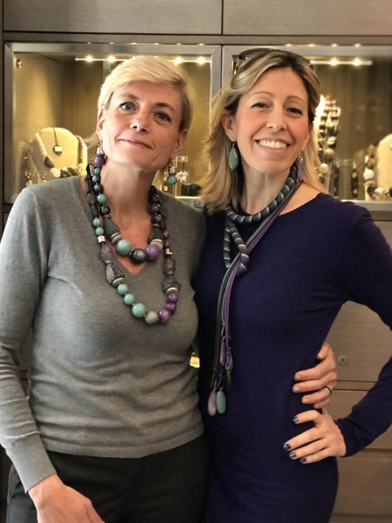 """Sabri e Raffy interpretano la collezione """"Unconventional Grey"""" con originali creazioni in plexiglas e passamaneria. Bijoux originali e versatili, da indossare easy su tanti look, da mattina a sera."""