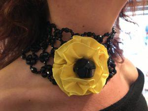 Dettaglio del collier de chain indossato da Sandra: preziosa rete in cristallo di Boemia con grande fiore in tessuto. E' un pezzo unico della collezione Haute couture.
