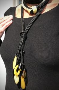Dettaglio della collana a frusta indossata da Sabrina.